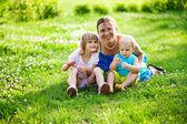 šťastná žena s dětmi venku — Stock fotografie