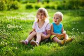 Hermano y hermana al aire libre — Foto de Stock