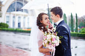 Wedding kiss in the rain — Foto de Stock