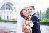 Casamento beijo na chuva — Fotografia Stock