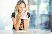 Frau trinkt kaffee am morgen im restaurant — Stockfoto