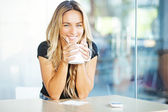Woman drinking coffee in the morning at restaurant — Стоковое фото