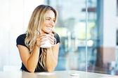 γυναίκα πίνοντας καφέ το πρωί στο εστιατόριο — Φωτογραφία Αρχείου