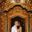Couple on exotic wedding in hindu temple, bali, indonesia — Stock Photo