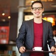 knappe man in Fast-food restaurant — Stockfoto