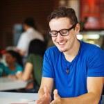jovem empresário ou estudante a trabalhar num café — Foto Stock
