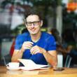 Junge Unternehmer oder Student arbeitet in einem café — Stockfoto