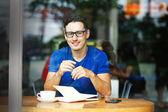 若い起業家や学生がカフェで働いて — ストック写真
