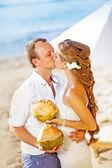 Boda en la playa - coco de explotación besos par cócteles — Foto de Stock