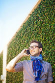 Casual man in the city calling by phone — Stockfoto