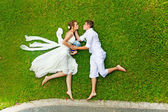 Funny wedding games on a grass — Stock fotografie