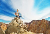 Man on the peak of mountain — Stock Photo