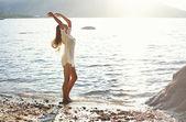 Mujer bailando a la luz del sol — Foto de Stock