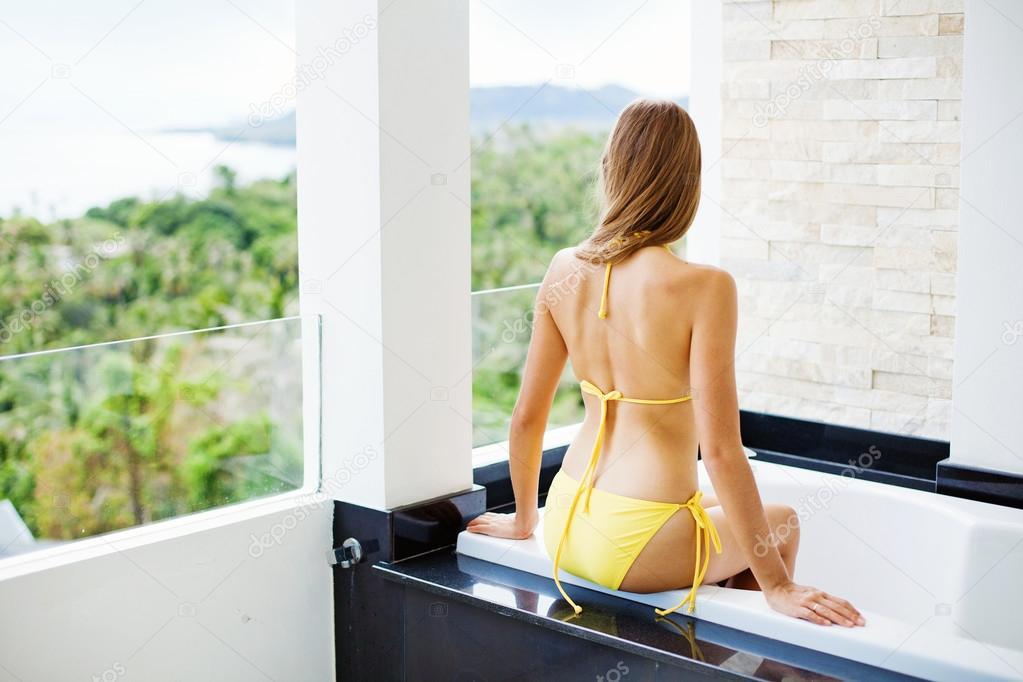 Zena v venkovni koupele na balkone zachrany - stock fotograf.