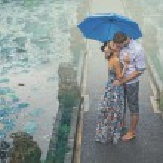 Couple kissing under the rain — Stock Photo