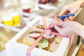 Packing cupcake as gift — Stock Photo