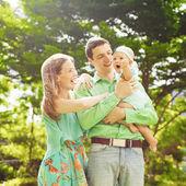 Familia divirtiéndose en un día soleado — Foto de Stock