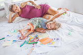 Mother playing and drawing with daughter — Stockfoto