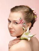 Belleza niña de las flores en el fondo rosa — Foto de Stock