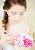 Young Woman with bouquet of chrysanthemum — Stock Photo