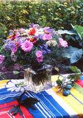 美丽的春天夏季花卉玻璃花瓶在客厅里 — 图库照片