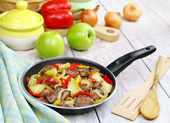 Chicken liver stewed with peppers and apples — Stock Photo