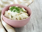 Russian pelmeni with sour cream — Stock Photo