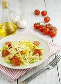 Farfalle with zucchini, tomatoes and cheese — Stock Photo