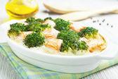 Brócoli y salmón al horno — Foto de Stock