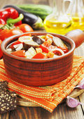 Legumes cozinhados na panela de cerâmica — Fotografia Stock