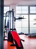 Atlaś w studio fitness — Zdjęcie stockowe