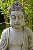 Buddha skulptur med bambu blad — Stockfoto