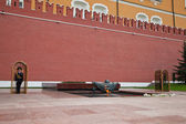 Honor guard at the eternal flame at the Red Square in Moscow — Stockfoto