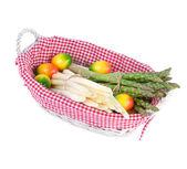 Verdura asparagi in un cesto decorato con uova di pasqua — Foto Stock