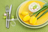 Ostern tabelleneinstellung mit tulpen und eier — Stockfoto