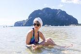 Frau holding seashell — Stockfoto
