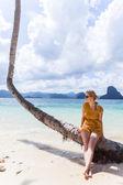 Vrouw zitten op een palm — Stockfoto