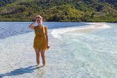 Mujer en una playa perfecta — Foto de Stock