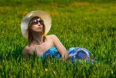 Mooie vrouw ontspannen in het prachtige landschap — Stockfoto