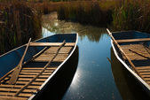Boats are aligned on the shores of a lake — Stock Photo