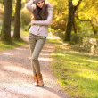 Beautiful girl in the autumn park — 图库照片