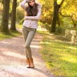 Beautiful girl in the autumn park — ストック写真
