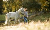 Kvinnor med vita hästen — Stockfoto