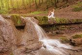 Kvinna praxis yoga — Stockfoto