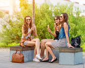 Women chatting on a bench — Stock fotografie