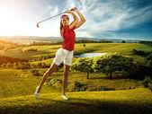 Golfista mujer golpeando la bola en el paisaje de fondo hermoso — Foto de Stock