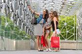 Kvinnor på bron — Stockfoto