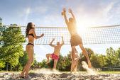 друзей, играющих волейбол на пляже — Стоковое фото