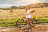 Beautiful woman old bicycle — Stockfoto