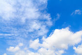 Distribution of white clouds on the clear blue sky for backgroun — Stock Photo
